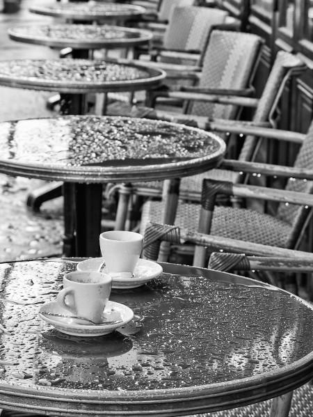 Un-café-sous-la-pluie-à-Paris.jpg